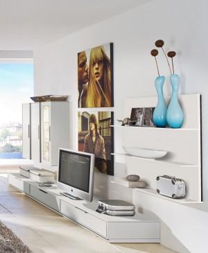 Lowboard blanco con compartiemientos, estantes de pared blanco de madera y armario de tres puertas