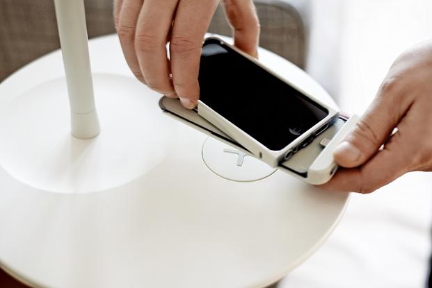 mesas ikea con cargador para el smartphone diariodesign
