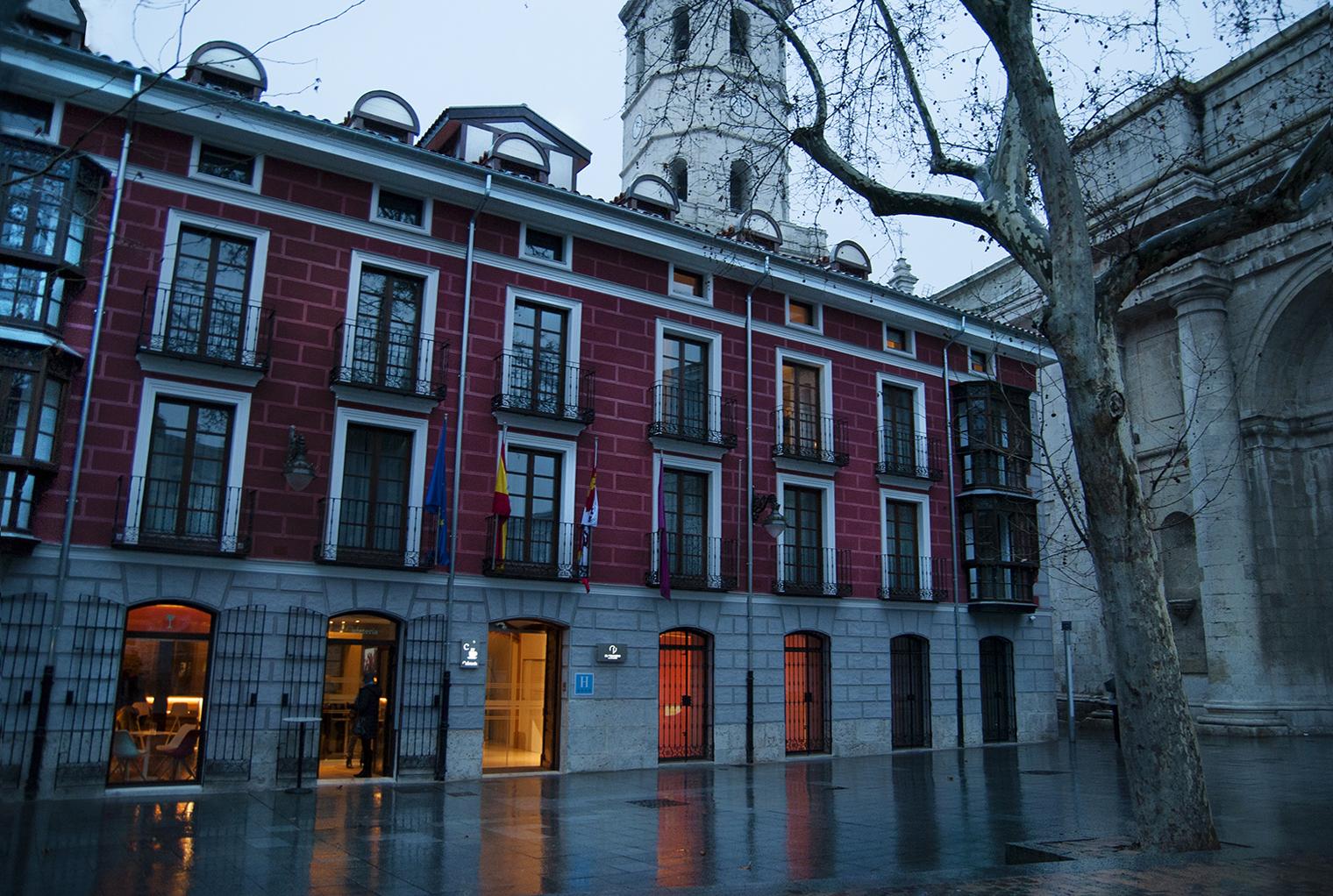 El Coloquio De Los Perros La Valladolid De Cervantes En Un Hotel  # Muebles Jacaranda Valladolid