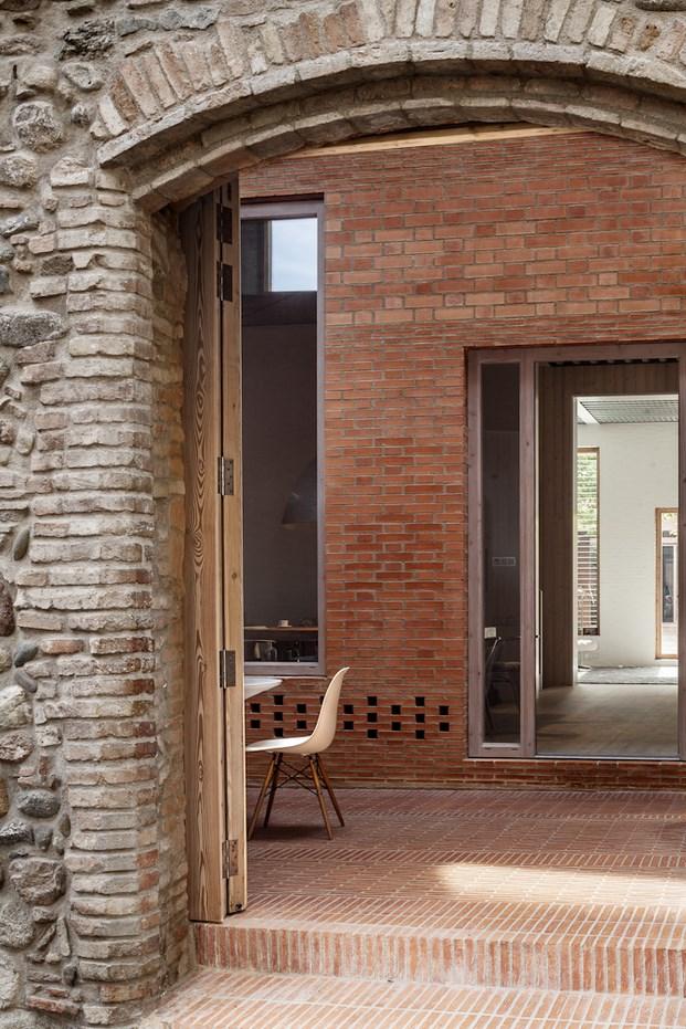 Casa 1014 de h arquitectes un oasis en el casco antiguo - Casas en granollers ...