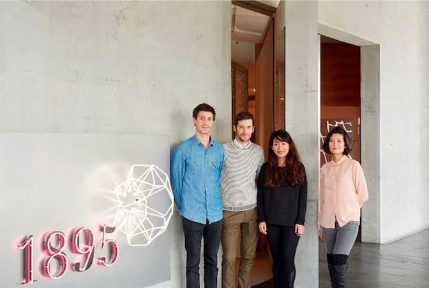 De izquierda a derecha: Tomás Alonso, Alexander Groves y Azusa Murakami de Studio Swine, y Elaine Yan Ling Ng, fotografiados en su visita a la sede de Swarovski en Wattens. Foto de James Harris.
