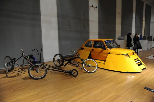 Bicicletas y coche tuneados. Exposición Tu nais, Tuning, Tu meurs comisariada por Rodolphe Dogniaux y Marc Monjou.