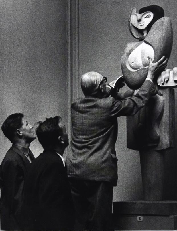 Le Corbusier présentant sa sculpture Femme. © FLC, ADAGP, Paris 2015