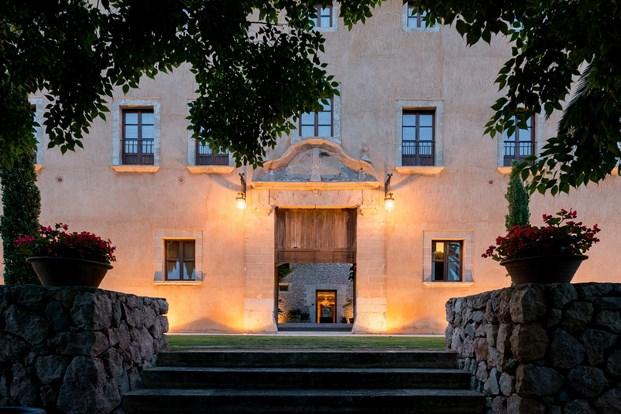 entrada arquitectura mediterránea en Son Brull de Forteza Aparicio Interiores diariodesign
