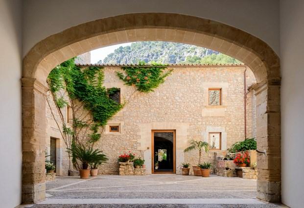 patio central arquitectura mediterránea en Son Brull de Forteza Aparicio Interiores diariodesign