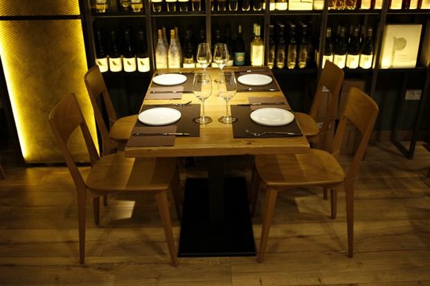 mesas del restaurante en barcelona Foxos de Lluria de Carlos Martínez Interiors