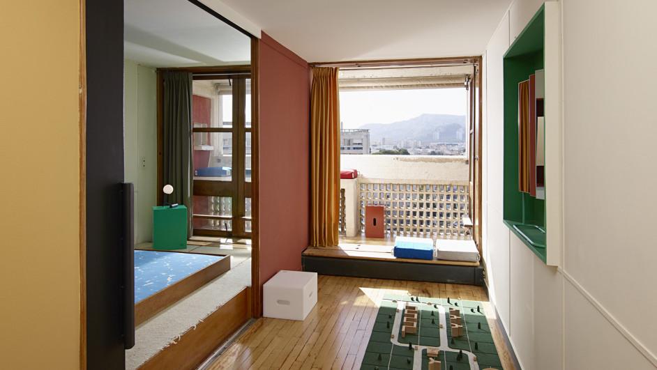 el appartement 50 le corbusier amueblado por la ecal. Black Bedroom Furniture Sets. Home Design Ideas