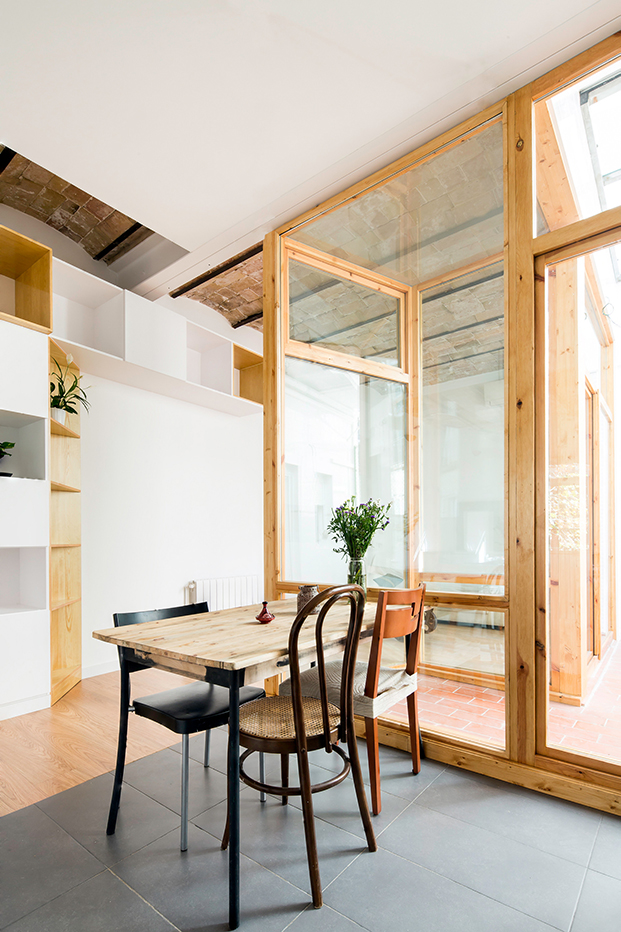 Los muebles de la cocina son armarios y cajones blancos, y un conjunto