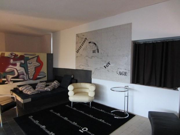 salon de la casa E.1027 con mural de Le Corbusier diariodesign