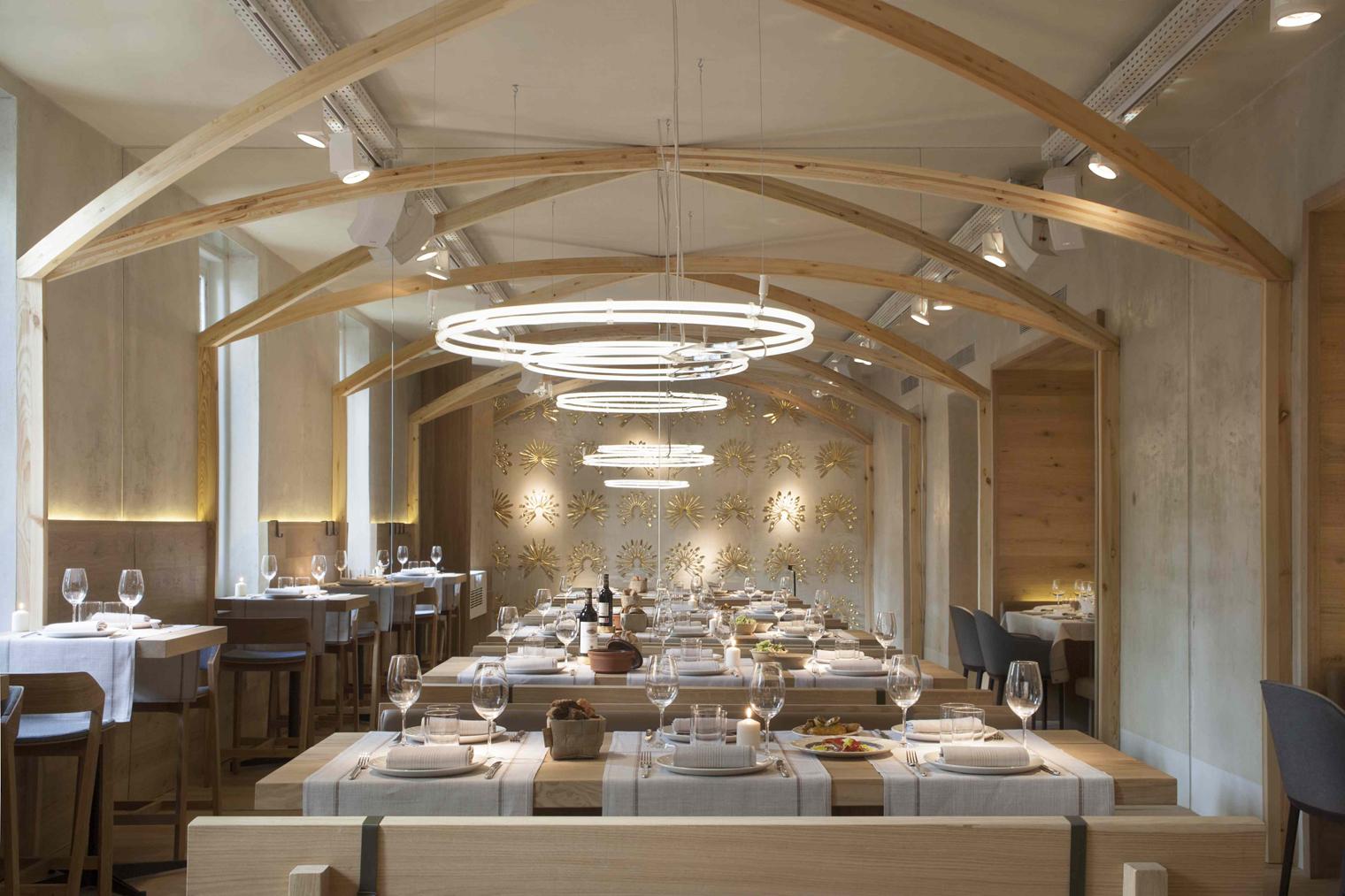 Destellos divinos en el restaurante madrile o la bien for Terminaciones de techos interiores