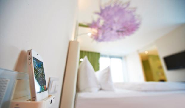 A Creation con marco blanco alpino en el Hotel Schwanen, dlseñado por Plan2plus