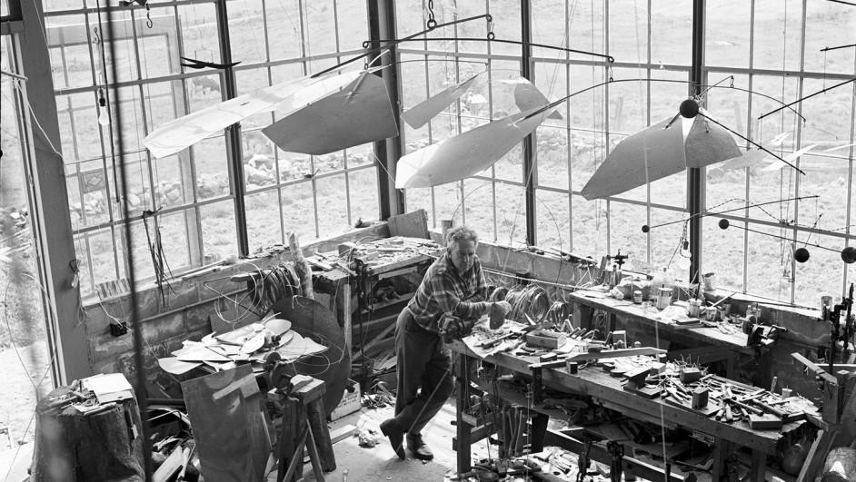 Alexander Calder en su taller