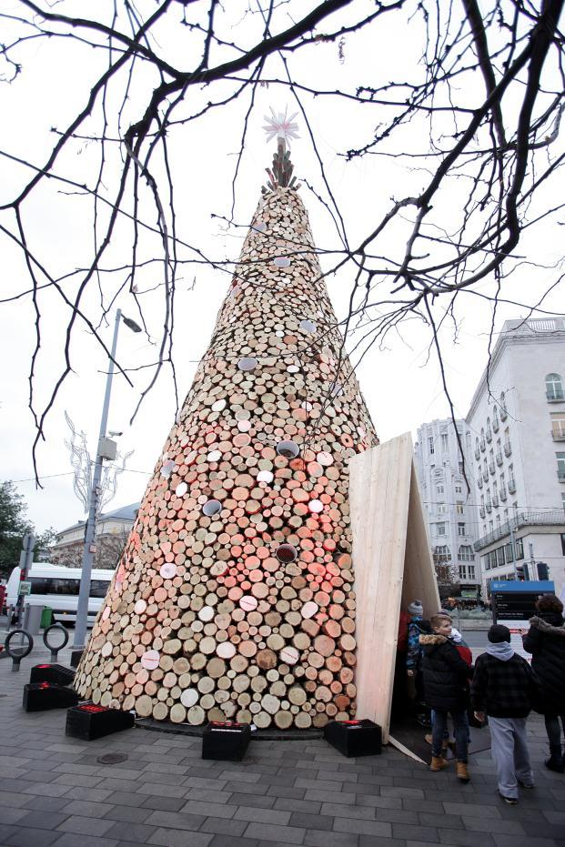 hello-wood-christmas-tree-budapest-turos-balazs (13)