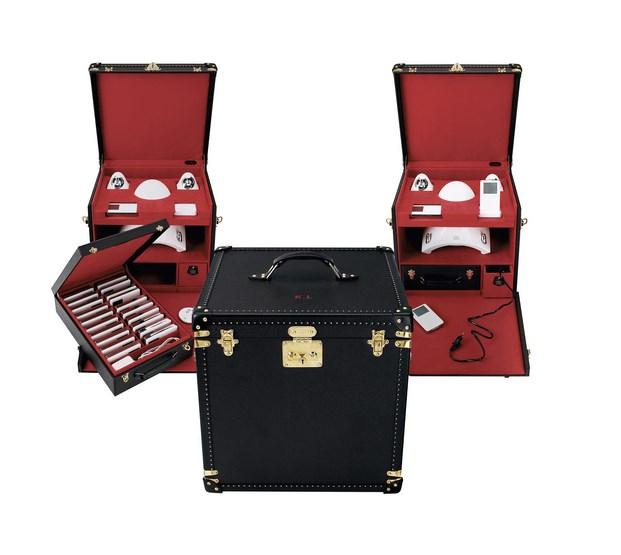 Concue a l'intention de Karl Lagerfeld, cette boite a mains permet d'emporter 40 iPods et tous les accessoires. Interieur en microfibre rouge. Exterieur en cuir Taiga acajou, orne pres de la poignee des initiales du commanditaire, en