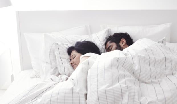 pareja durmiendo en una cama de ikea