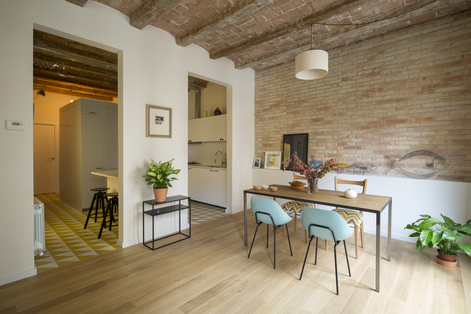 Nook architects saca partido al chafl n de barcelona for Immagini di case rustiche