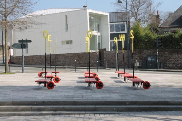 Enorme studio con mobiliario urbano experimental for Mobiliario espacio publico