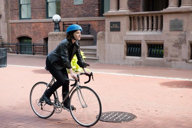 chica en bici con ecohelmet ganador dyson award 2016
