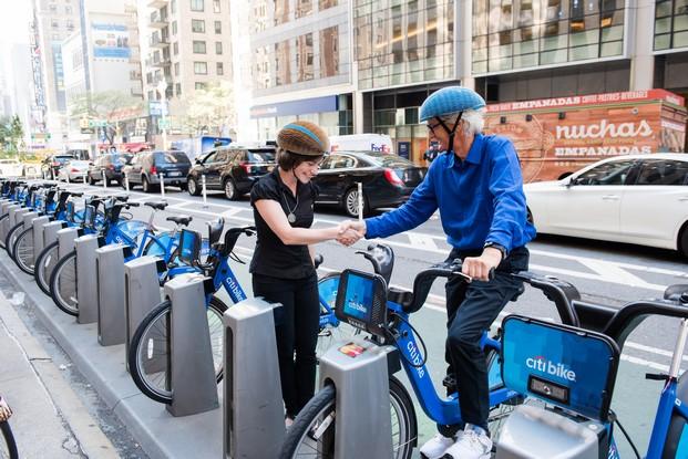 aparcamiento de bicis con  casco ecohelmet ganador dyson award 2016