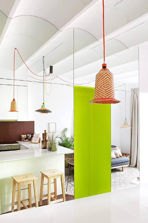 cocina abierta en  un pequeno piso en barcelona en diariodesign de miel arquitectos