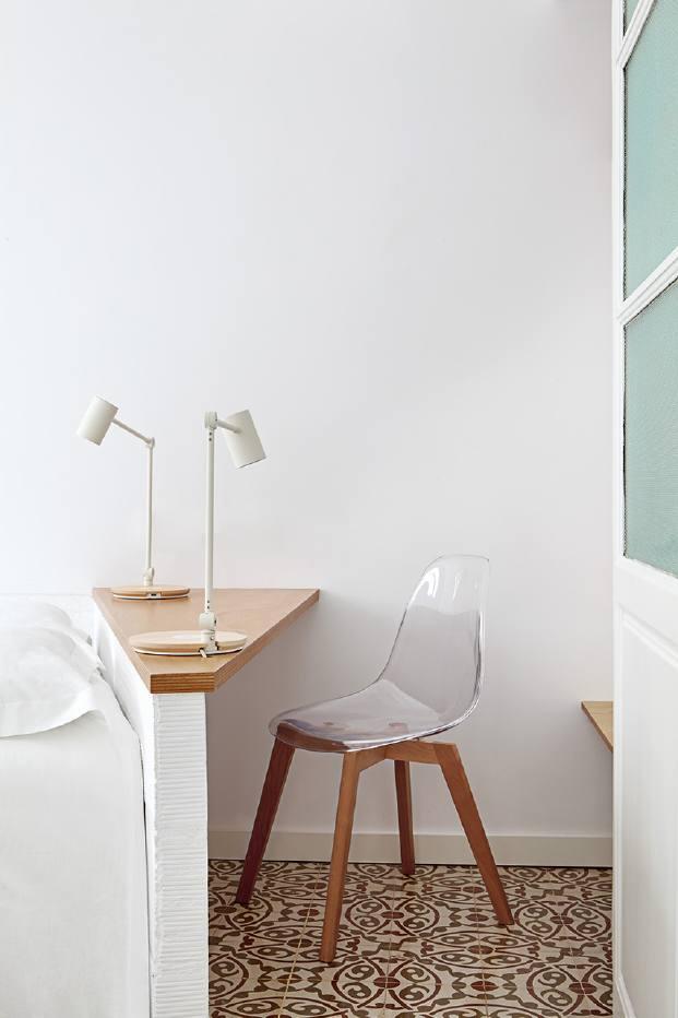 mesa de oficina de un pequeno piso en barcelona