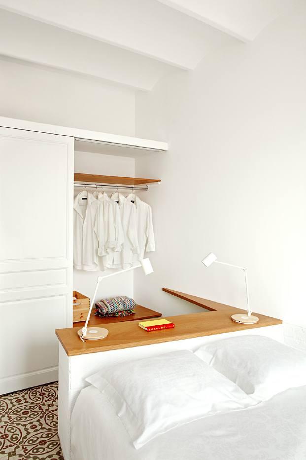 mesa vestidor  y cama en un pequeno piso en barcelona