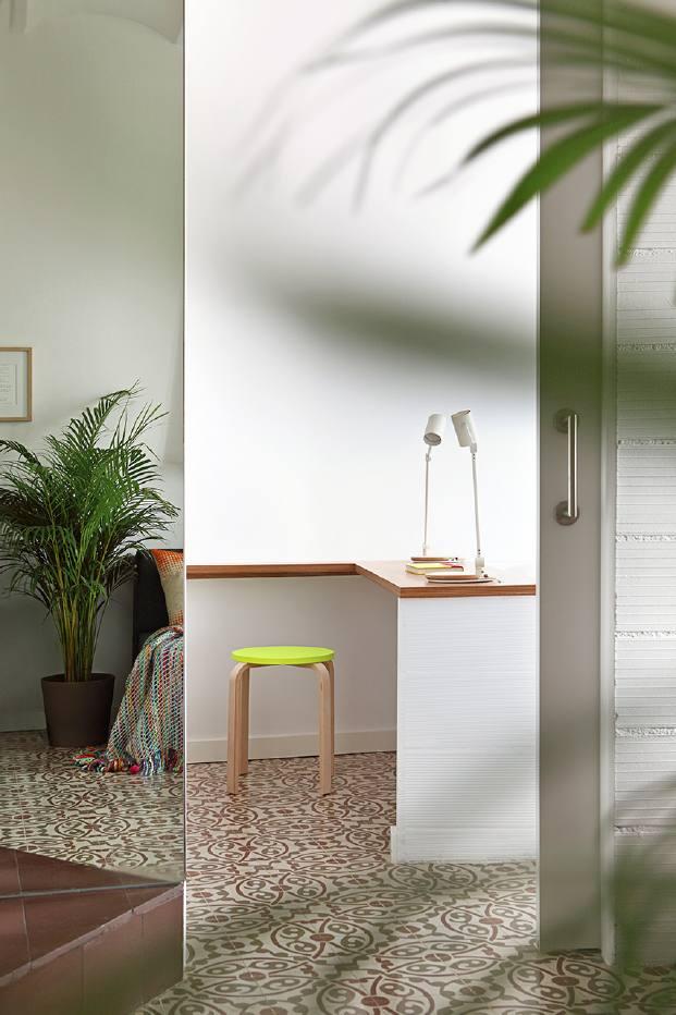 espejos para un pequeno piso en barcelona de miel arquitectura diariodesign