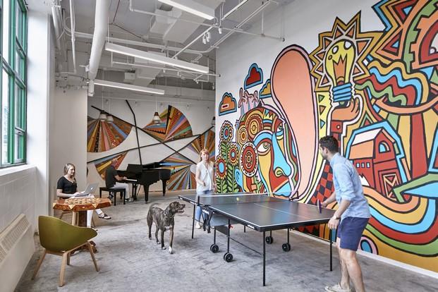 oficinas hipster de etsy en brooklyn con mesa de ping pong