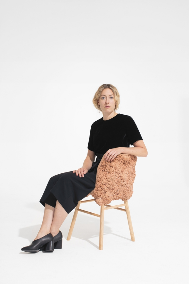 Marjan van Aubel con Silla Well Provencos cos musical chairs