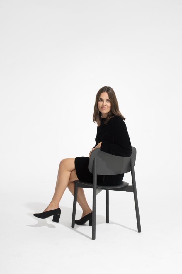 Mette Hay posando para cos musical chairs con la Silla Soft Edge