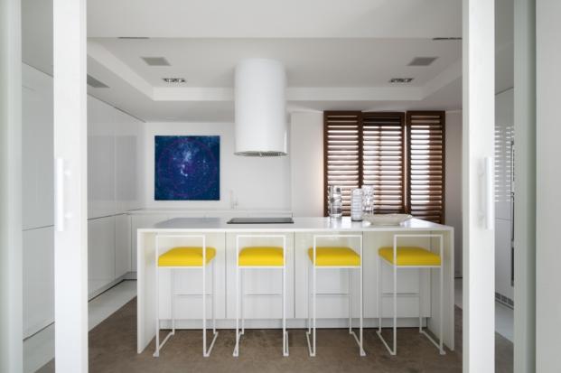 cocina blanca y abierta en un piso en madrid del interiorista pablo paniagua