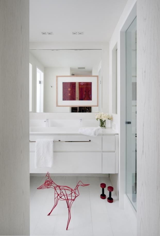 baño con cuadro en el espejo en una vivienda en madrid