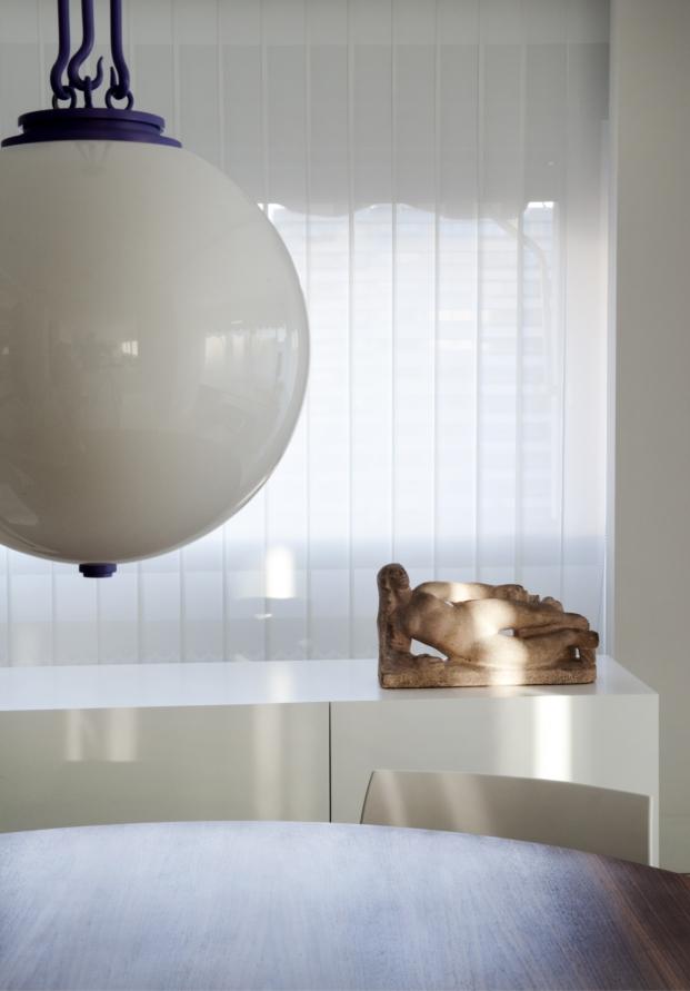 detalle lampara y escultura en una casa e madrid de pablo paniagua-