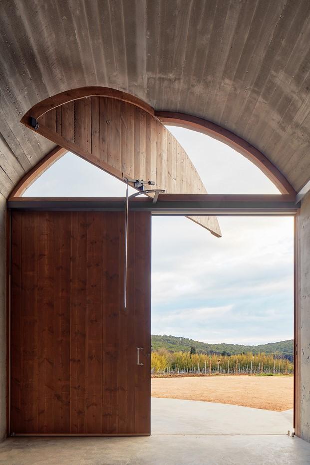 puerta de la bodega en mont ras girona diariodesign