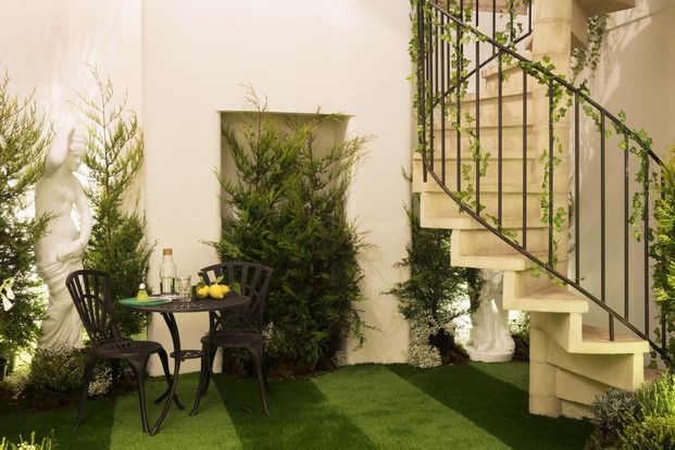 instalacion Outside in en londres de Airbnb con Greenery pantone