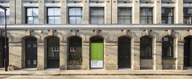 fachada de la casa en londres con instalacion Outside in de AirBnB conGreenery pantone