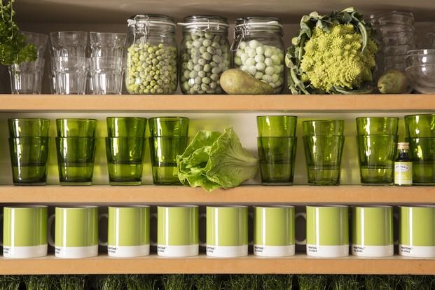 detalle vasos de la instalacion Outside in en londres de Airbnb con verde pantone