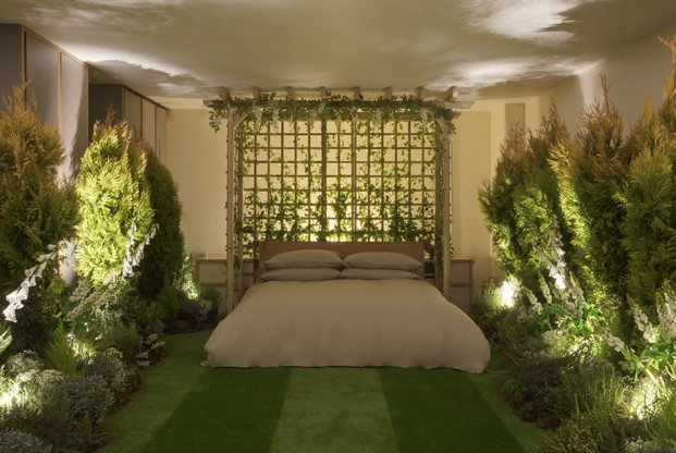 dormitorio de instalacion Outside in en londres de AirBnB conGreenery pantone