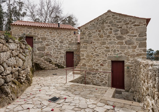 rural-houses-refurbishment-in-trebilhadouro-en-portugal-diario-design-1