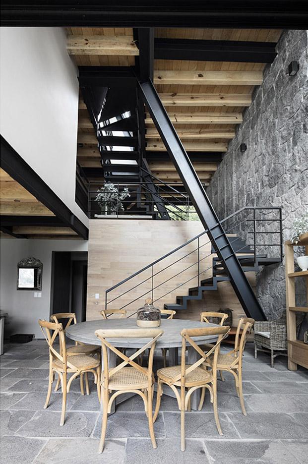escalera metalica de una original casa en mexico de studio Metodo diariodesign