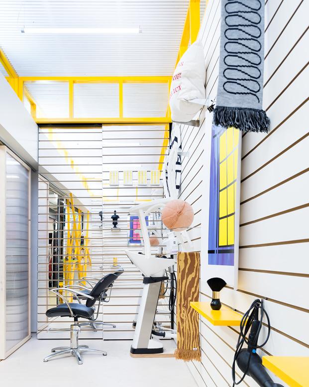 interior de peluquería y galería de arte en londres DKUK