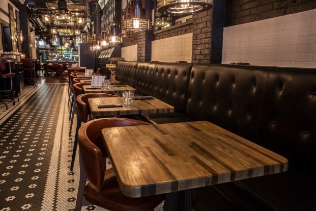 mesas interior beerxample naparbeer en barcelona diariodesign