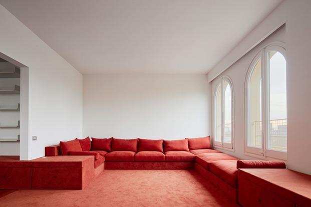 sofa en casa reformada en barcelona por arquitectura g diariodesign