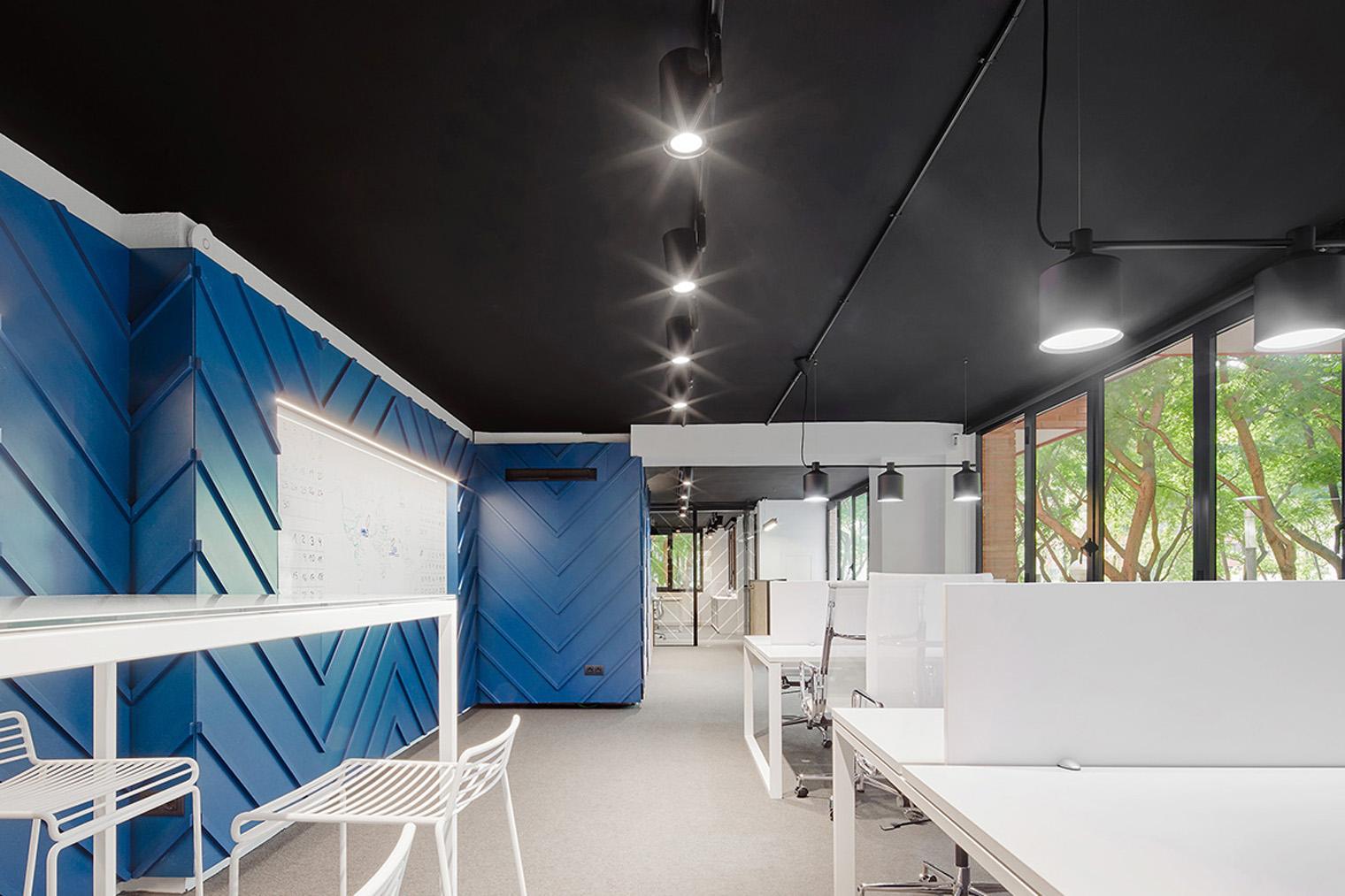 Azul en las oficinas de nexolub por bonba studio - Oficinas western union en barcelona ...