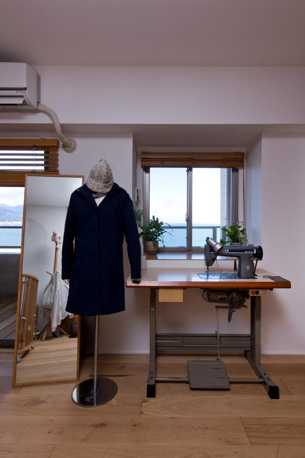 foto con detalle de maquina de coser de casa en japon de alts design