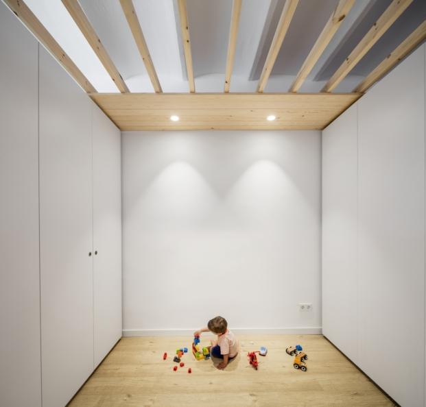 reforma en barcelona de un piso con poca luza por alventosa y morellen diariodesign