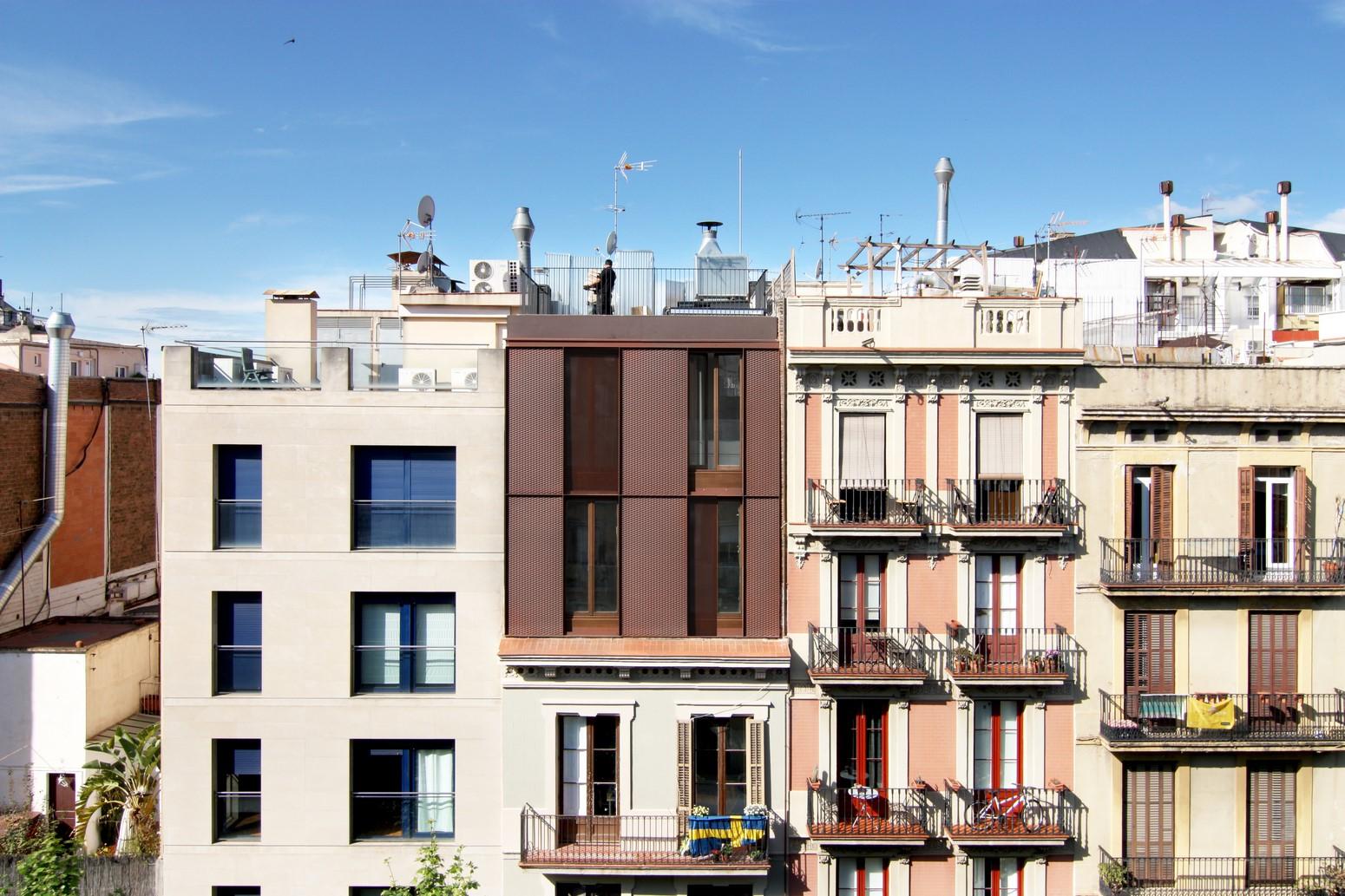 Ticos buscan edificio la casa por el tejado for Inmobiliarias barcelona