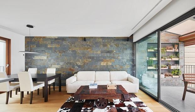 interior de atico de la casa por el tejado en Barcelona