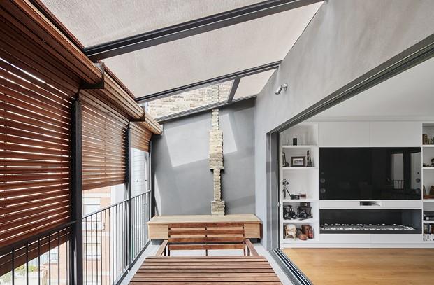 interior atico de la casa por el tejado en barcelona