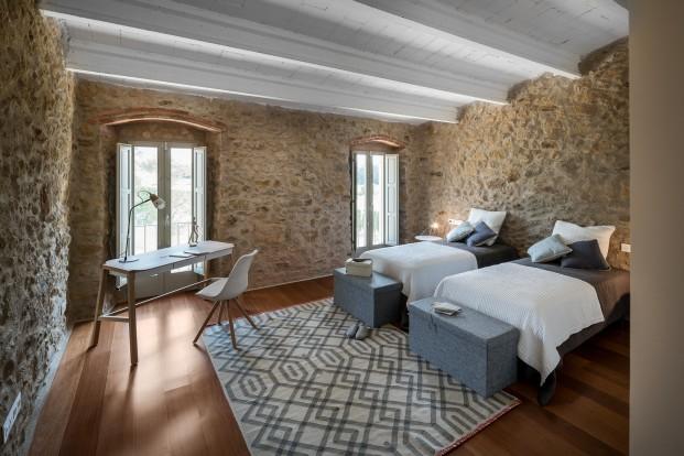 dormitorio de masia reformada en emporda